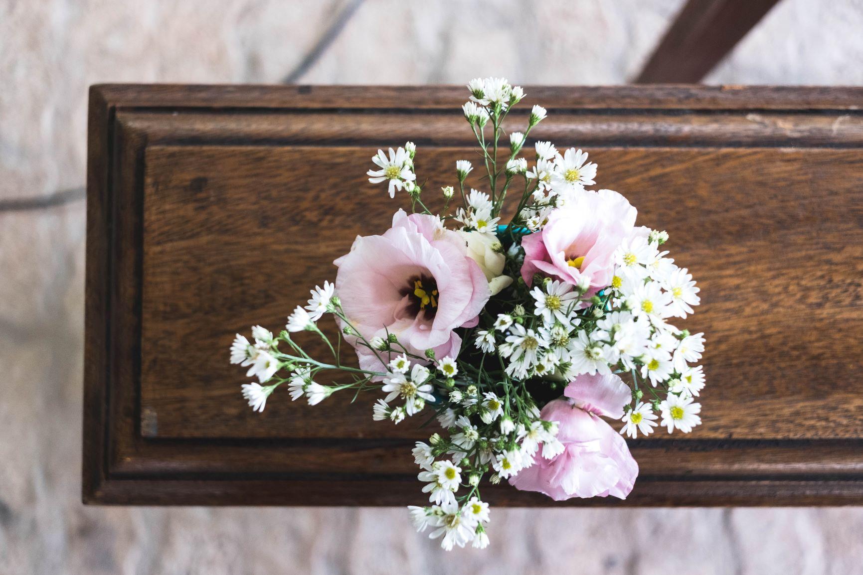 cercueil et bouquet de fleurs